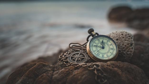 Vintage horloge op zee steen