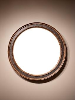 Vintage houten frame met ronde vorm hangend aan de muur met lege ruimte