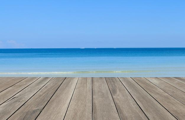 Vintage houten plank met heldere blauwe zee en hemelachtergrond