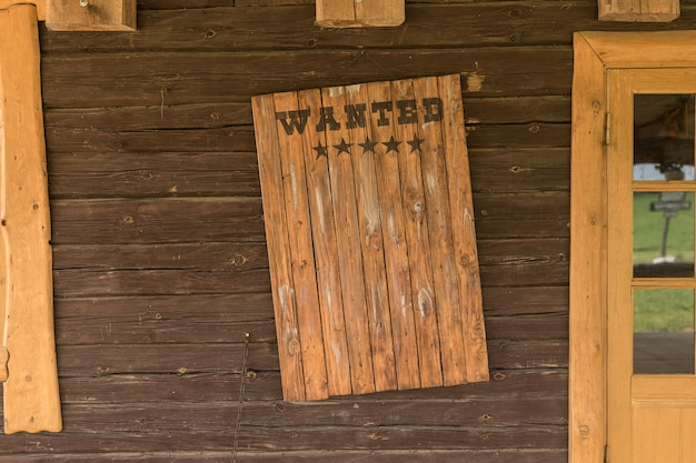 Vintage houten schild met een inscriptie over de zoektocht en beloning