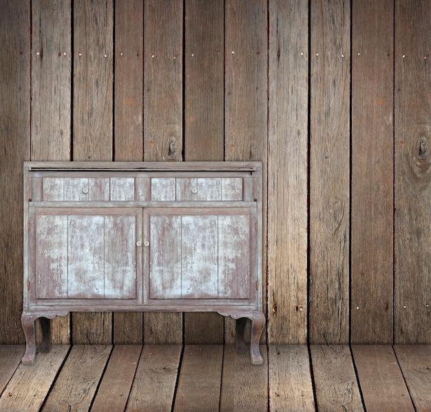 Vintage houten tafel in houten kamer.