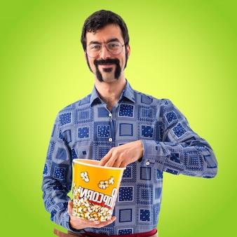 Vintage jonge man die popcorn eet