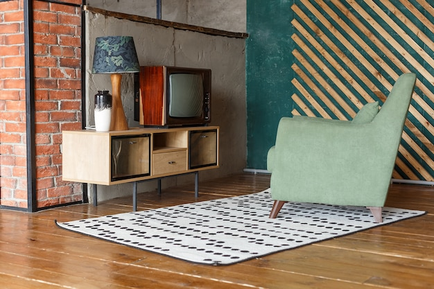 Vintage kamer met tapijt, ouderwetse fauteuil, retro tv