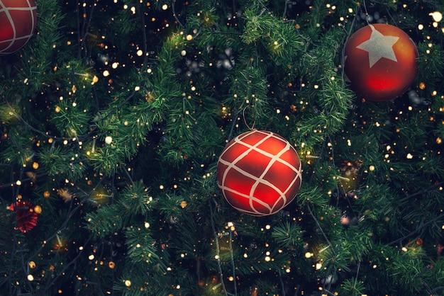 Vintage kerstboom met rode baldecoratie en fonkelingslicht