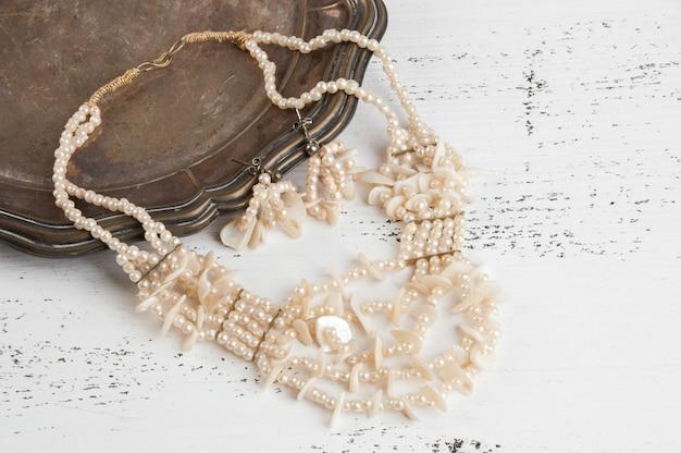 Vintage ketting en oorbellen in metalen plaat