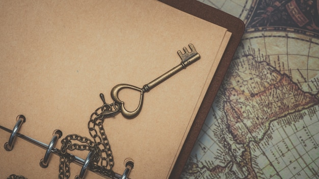 Vintage key on diary-boek