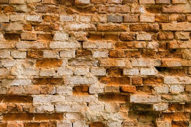 Vintage kleibakstenen muur van een verlaten gebouw