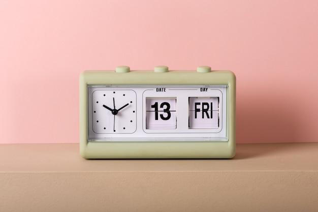 Vintage klok met kalender met vrijdag 13e