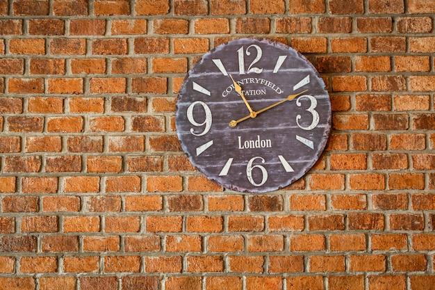 Vintage klokken op de bakstenen muur retro