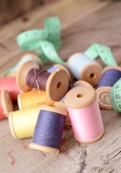 Vintage klossen oude houten tafel van hipster veelkleurige draden. atelier, accessoires naaien