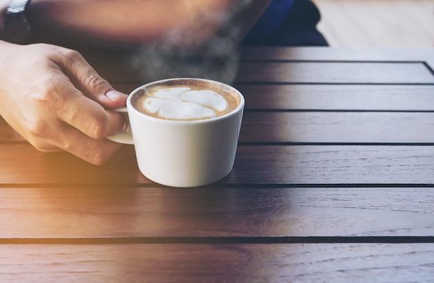 Vintage koffie met latte-kunstdecoratie