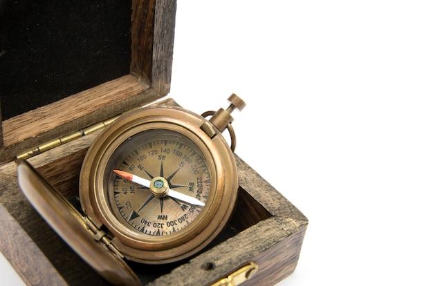 Vintage kompas geïsoleerd op een witte achtergrond