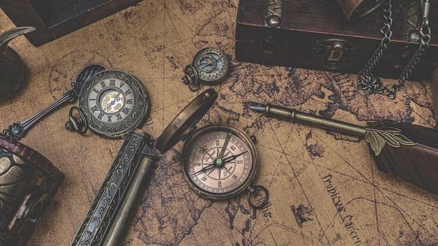 Vintage kompas op oude wereldkaart