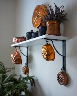 Vintage koperen bakvormen als wanddecoratie.
