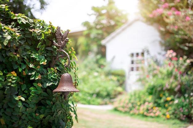 Vintage koperen bel decoratie plant muur poort vintage huis met tuin