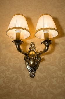 Vintage koperen lamp in een kamer met schaduwen