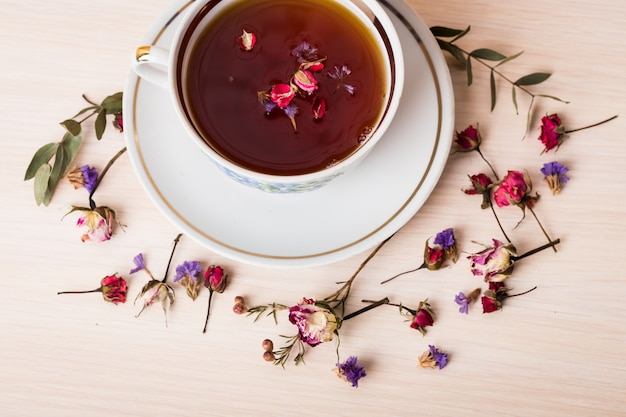 Vintage kopje thee met rozenknoppen