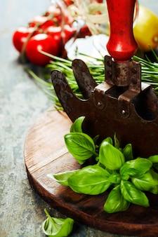 Vintage kruid snijden mezzaluna mes en verse ingrediënten
