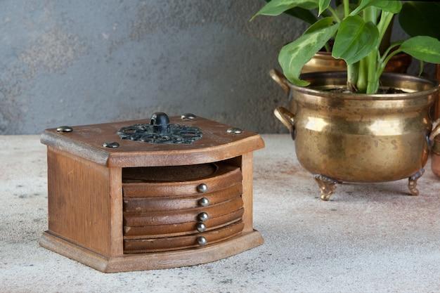 Vintage kurk onderzetters in een houten kist
