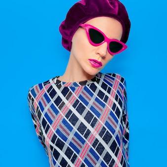 Vintage lady in modeaccessoire baret en zonnebril. retro vibes
