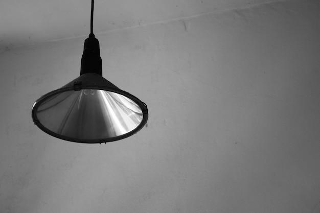 Vintage lamp in de kamer - zwart-wit