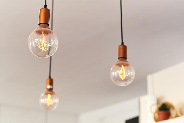 Vintage lampen die aan het plafond hangen