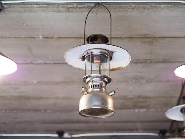 Vintage lamplicht dat onder het plafond hangt