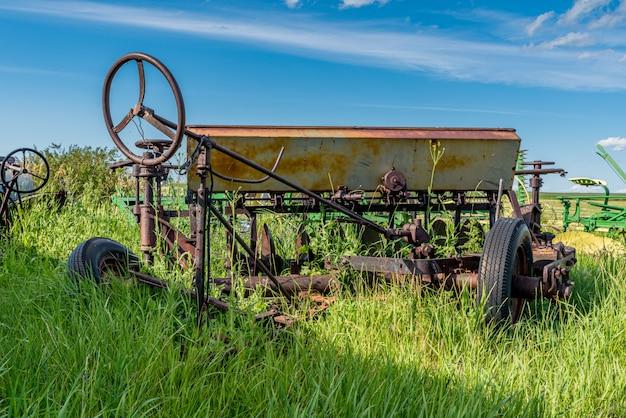 Vintage landbouw unidirectionele schijf omgeven door hoog gras