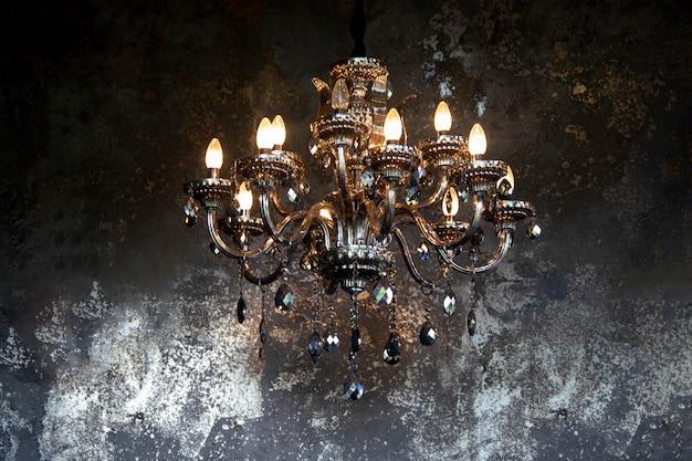 Vintage lantaarn hangt aan de metalen muur van grunge