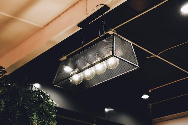 Vintage led-edisonlamp of gloeilamp in restaurant of café met bruine en oranje tint.