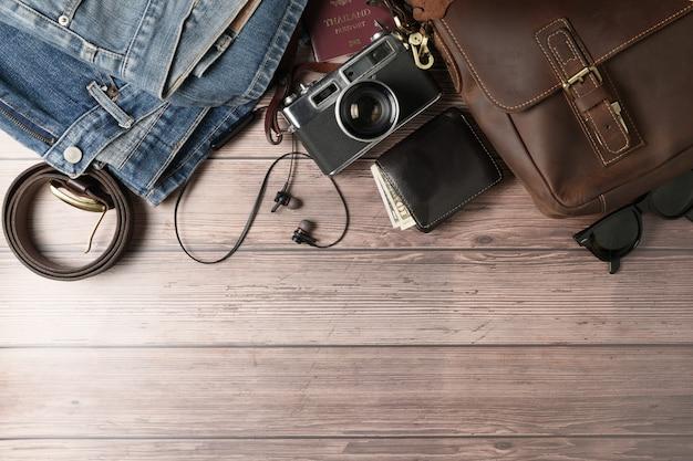 Vintage lederen tas en oude spijkerbroek op hout