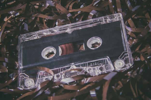 Vintage magnetische audiocassette tegen film