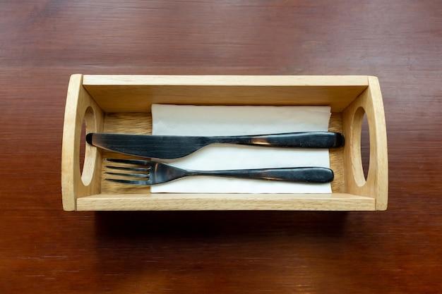 Vintage mes en vork in een houten dienblad.