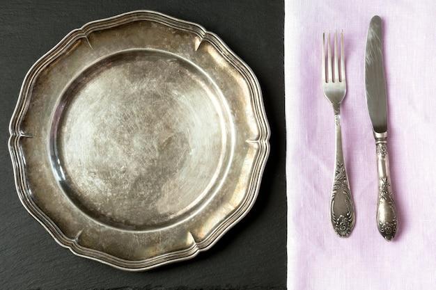 Vintage metalen schaal met bestek