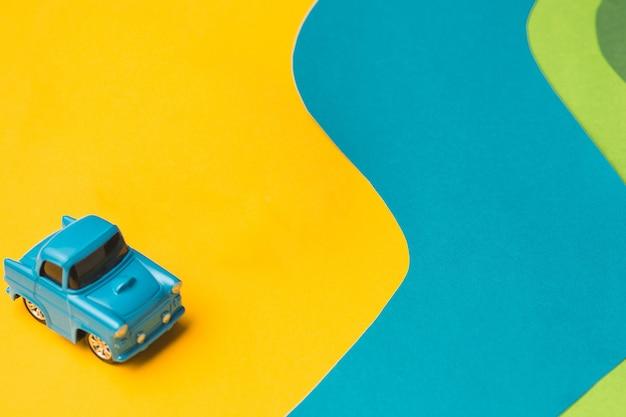 Vintage miniatuur auto en bus in trendy kleurenreisconcept