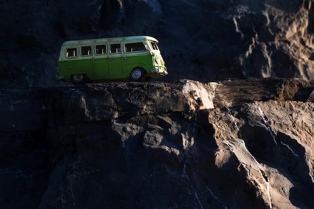 Vintage miniatuur busje (speelgoedmodel) kruising door de landweg.