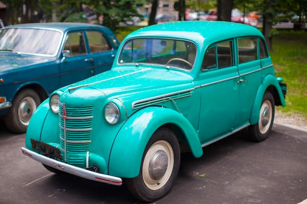 Vintage mint auto tentoongesteld in het park