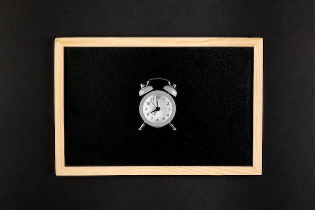 Vintage mooie klok op zwarte achtergrond