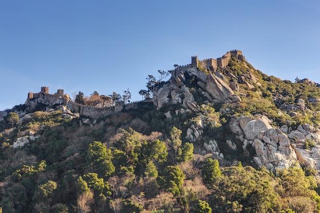Vintage muur ruïnes van het kasteel mouros op de heuvel. sintra portugal.