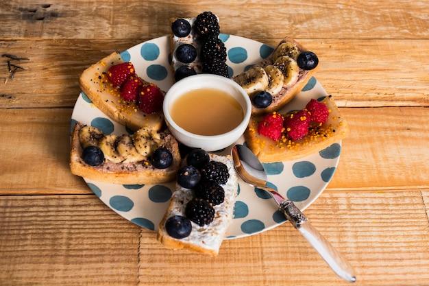 Vintage ontbijt met verschillende soorten fruit