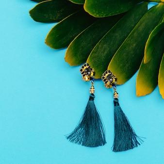 Vintage oorbellen. stijlvol accessoire voor lady flat lay store