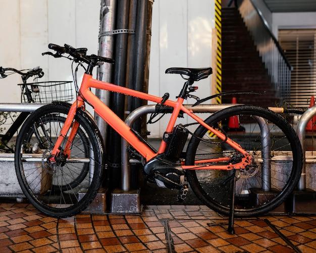 Vintage oranje fiets met zwarte details