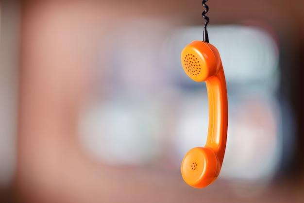 Vintage oranje handset-ontvanger in de kamer