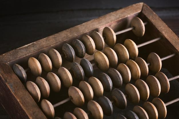 Vintage oude boekhoudkundige houten telraam. detailopname. getinte afbeelding.