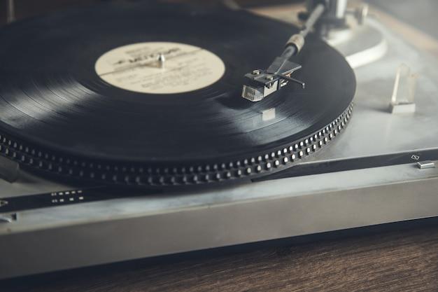 Vintage oude platenspeler grammofoon naald op record