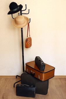 Vintage oude reiskoffers op verdieping