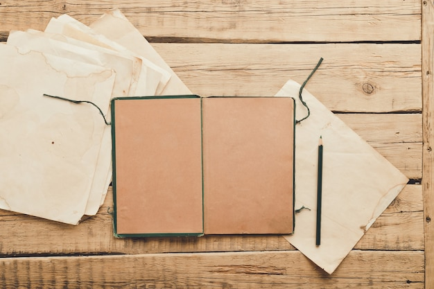Vintage papier. oude blocnote op een houten achtergrond. kopieer ruimte. hoge kwaliteit foto