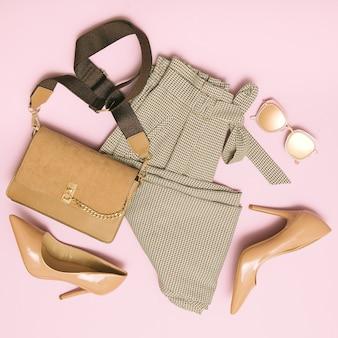 Vintage plat lag romantische look. geruite broek en damesaccessoires.