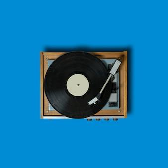 Vintage platenspeler met platenspeler op blauw