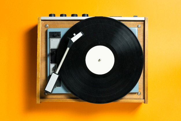 Vintage platenspeler met platenspeler. retro geluidstechnologie om muziek af te spelen